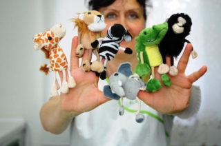 Frau Dr. Wilkens mit Puppen für die Kinderzahnheilkunde